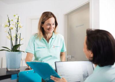 Empfangsbereich der Zahnarztpraxis Dr. Schleicher-Hübsch